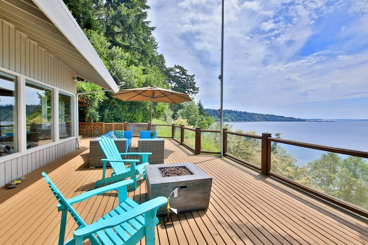 Waterfront w/private beach stairs/hot tub/game room &deck w/ magical views 263
