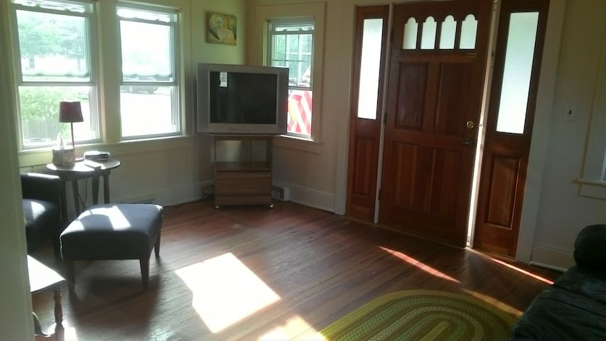 Private room close to beach and city malls - Merrick - House