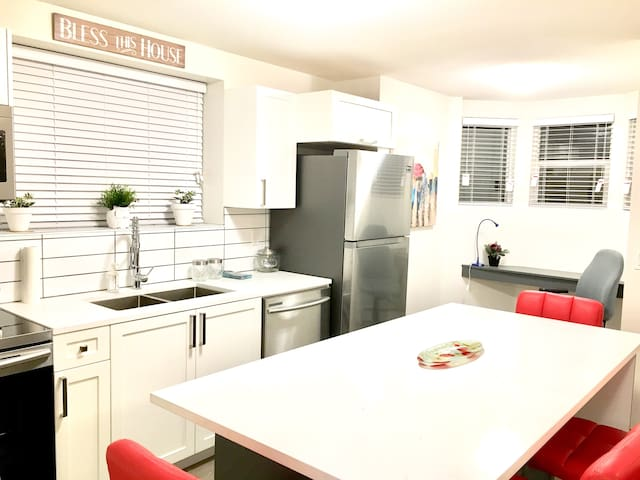 ⭐ Comfy & Cozy Newly Renovated 2 Bed 1 Bath Suite