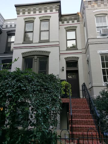 Chic 1 BR Rowhouse in Historic Capitol Hill