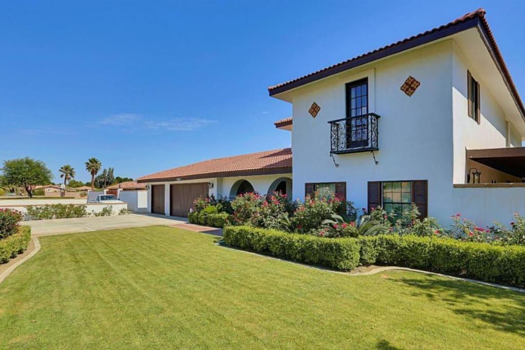 Casa Santa Barbara: Santa Barbara-styled vacation home that sleeps 18