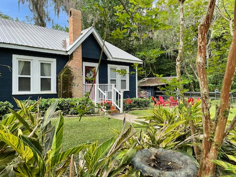 PET FRIENDLY! Little blue Florida farmhouse.