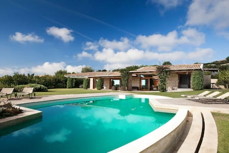 Villa Ulivo: Extraordinarily out of the ordinary - San Teodoro - Huvila