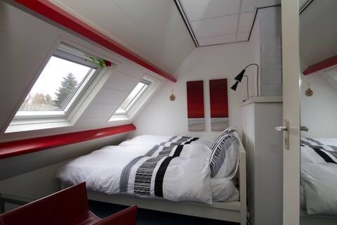 Logeren in Hengelo met luxe badkamer en airco