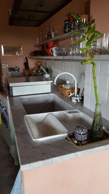 Angolo cottura con lavabo in marmo