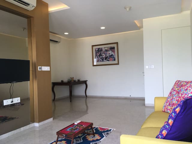 15 mins from Airport - Serviced Scenic Comfy 2BHK!