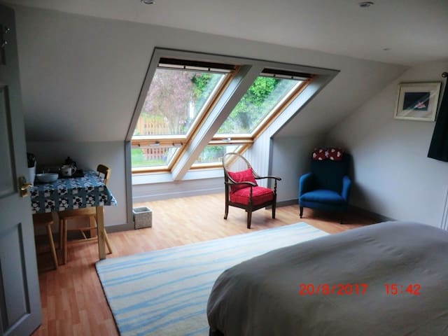 Spacious en-suite room in central Peebles (Room 1)