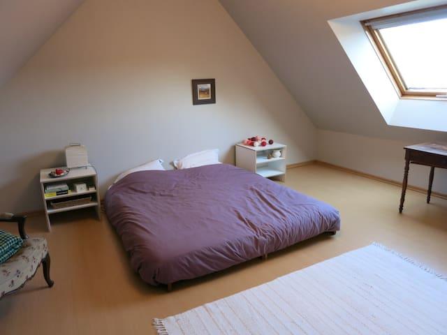 Chambre beige dans une maison calme avec jardin
