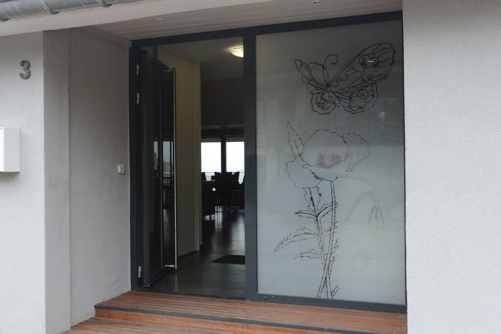 porte d'entrée : juste devant cette porte se trouve le parking privé ( 4 places)