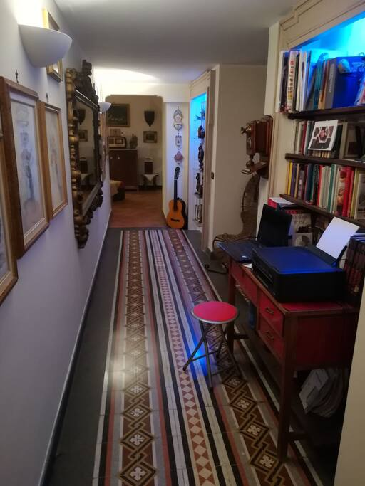 Ingresso galleria con libreria.