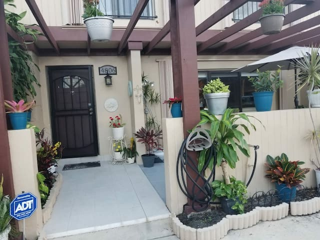 Beauty Townhouse in Central Hollywood,FL #1 Q.Bed