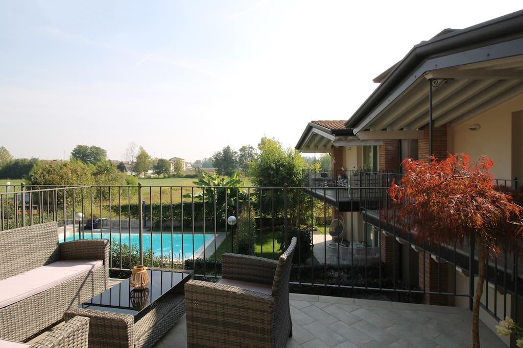 terrazza con vista piscina