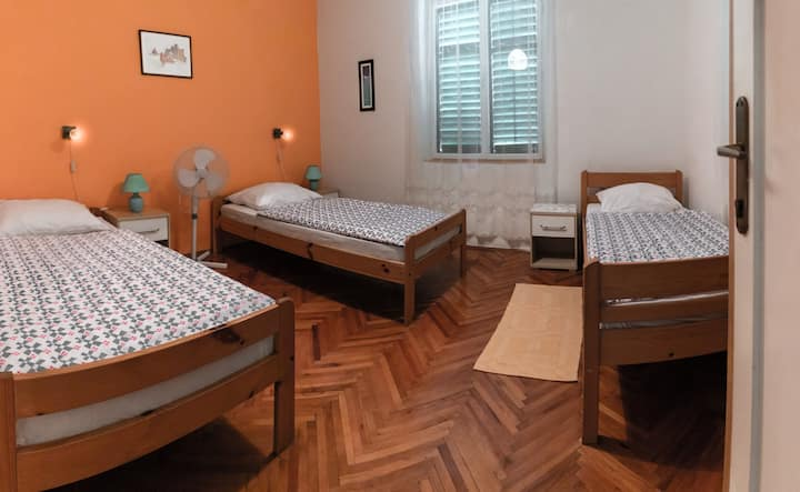 Green Hostel Bed in NO.7 Room With Three Beds