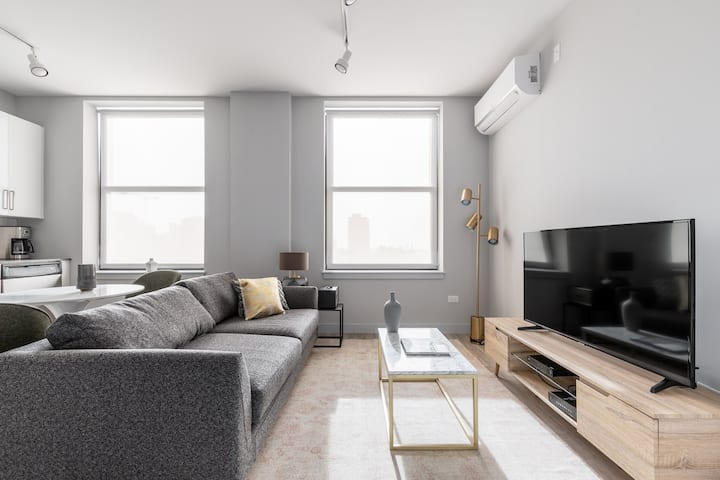 Roomy Loop 1BR w/ Fitness center near West Loop & the L, by Blueground