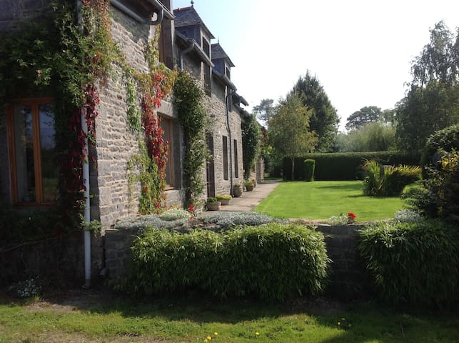 Granite Farmhouse with Extensive Rural Views. - Saint-Jacut-du-Mené - Huis