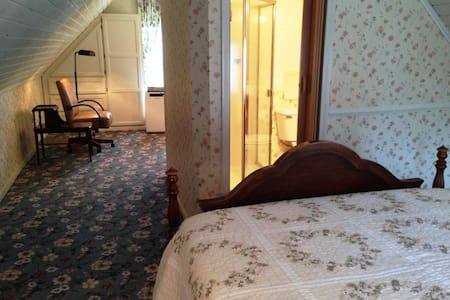1870's farmhouse attic suite, walk to Britt & town - Jacksonville