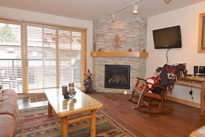 New rental. Crestwood 1 bedroom. Located slopeside in Snowmass with outdoor pool and hot tub. - Snowmass Village