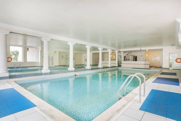 Swimming Pool · Stunning 2 bed close to Haymarket with pool