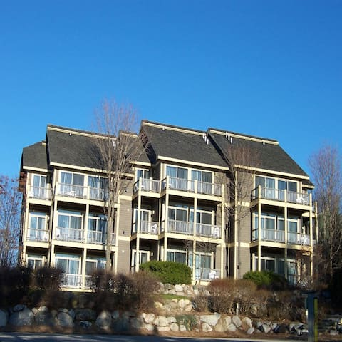 Airy Bright Condo  Right By The Slopes