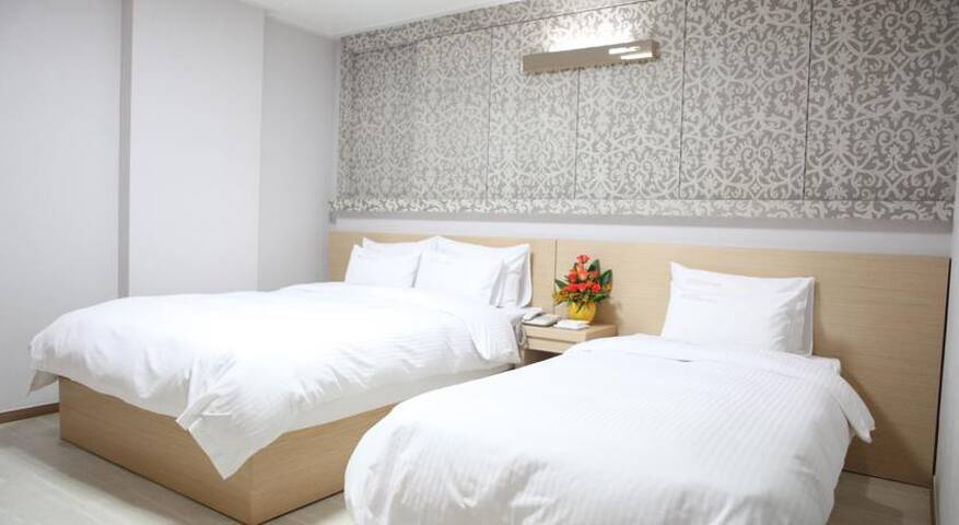 Suwon-city hall 옆의 hotel. 아늑하고 편안한 비즈니스 전용 숙소입니다.