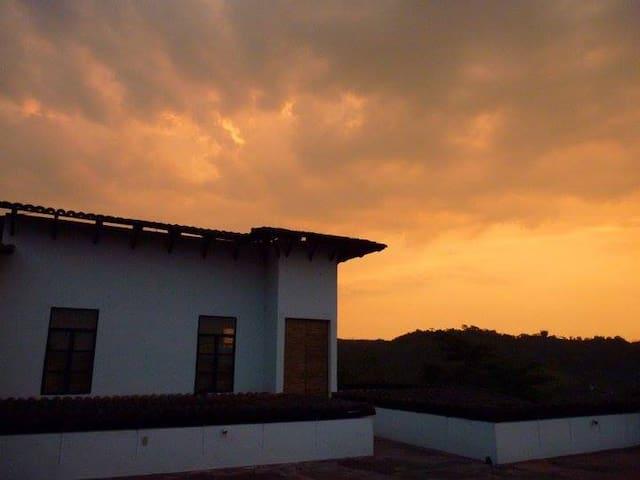 La suite, una residencia de artistas independiente con vista panorámica única a las montañas, el pueblo y los bosques subtropicales