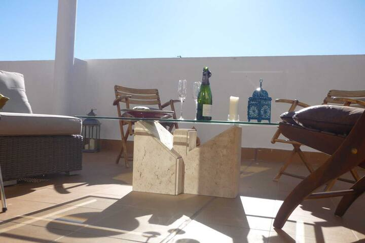 Super-cool duplex, 100m2 terrace ! Very comfy.