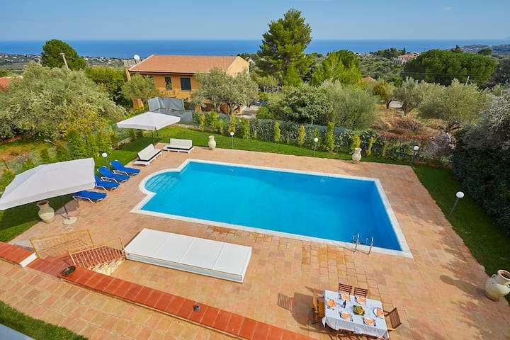 Villa Lea with pool and garden, near the sea