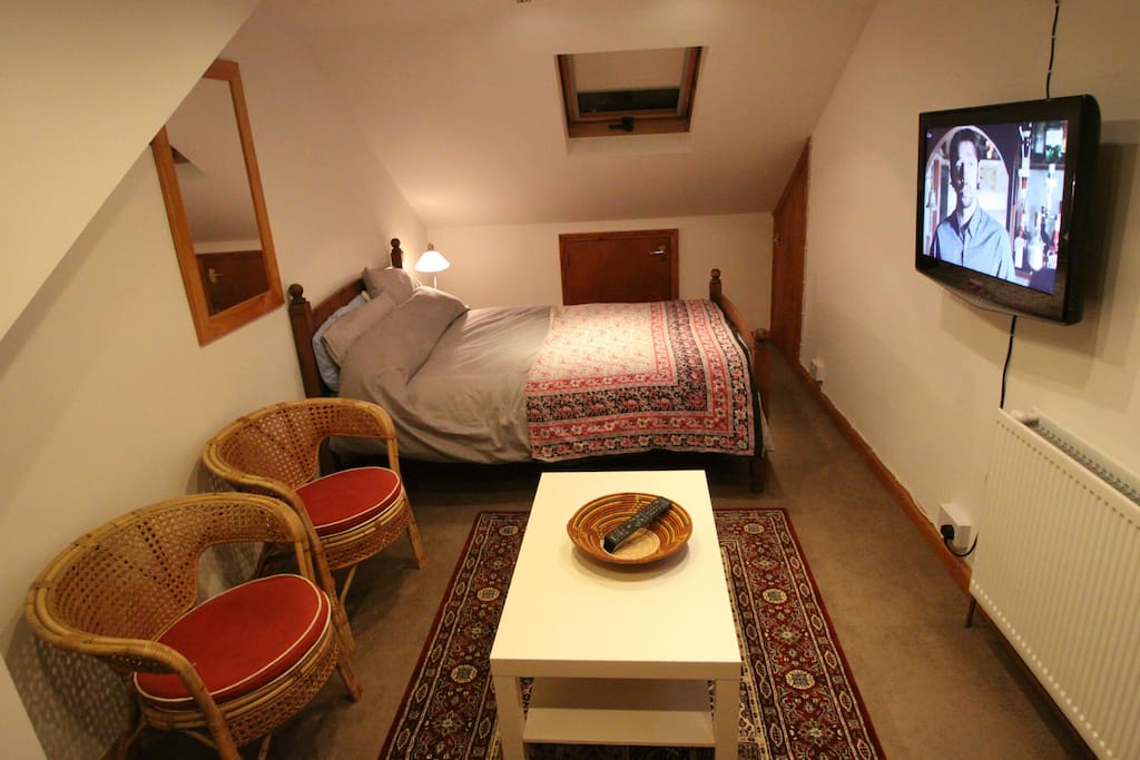 Spacious room with TV and double bed