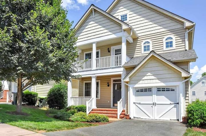 *NEW* | Spacious, Clean 4BR Near Downtown/UVA