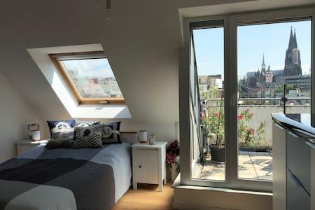 Traum mit Domblick, eigener Dachterrasse & Bad