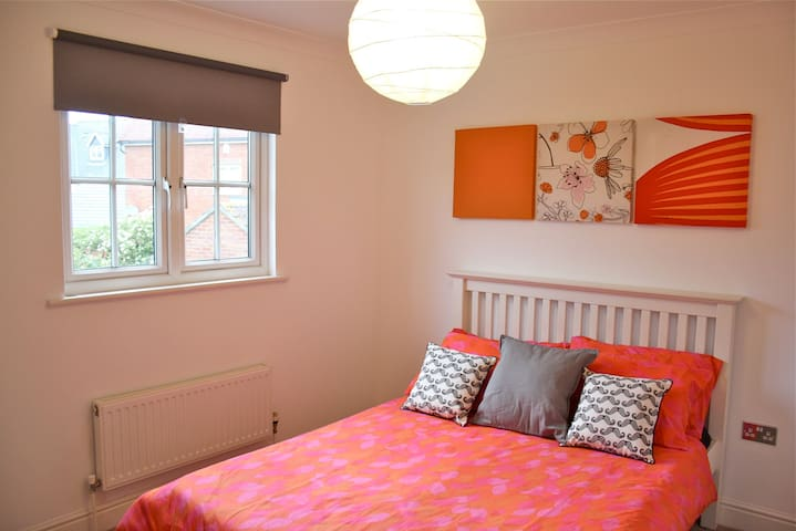 Double Bedroom with Private Bathroom & Parking - Mile End - Hus