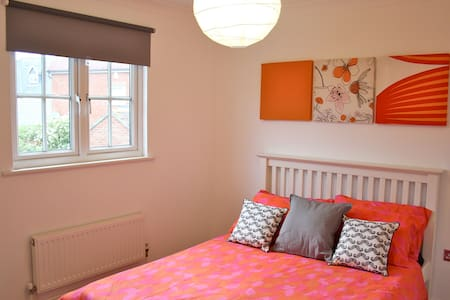 Double Bedroom with Private Bathroom & Parking - Mile End