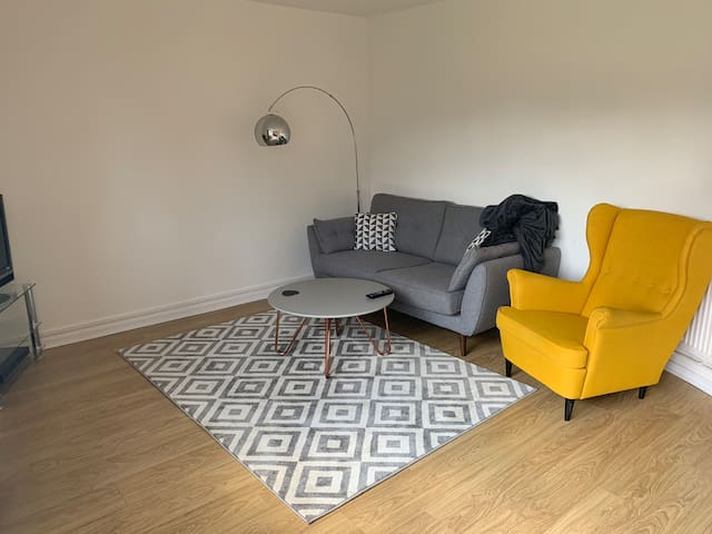 Double bedroom in quiet bright flat near tube