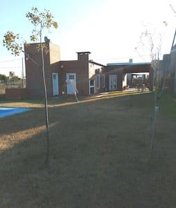Chalet con piscina y parrillero en Roldán.