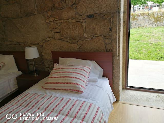 Quarto 2 - 2 camas de solteiro/ Room 2 - twin room (2 single beds)