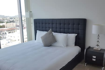 Luxury Highrise with Hollywood View - Los Angeles - Apartment