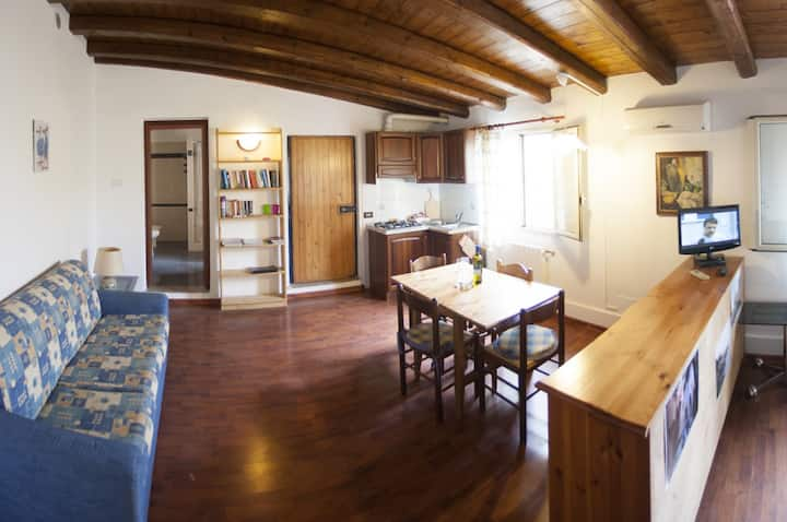 Albicocco, studio for max 4 persons in Villa L'Arca, at 3 km from town center and beach. Seaview.