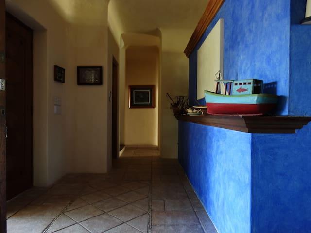 Vestíbulo entrada principal. Imagen tomada desde el baño de visitas