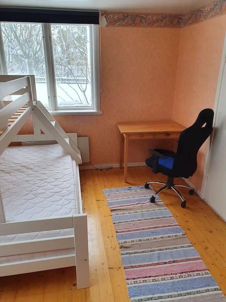 Arbetsrum med wifi, toalett och säng.