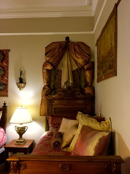 'Goldenray' Guesthouse - East Wing Bedroom Apartment (Italian Antique King Single/Day Bed)