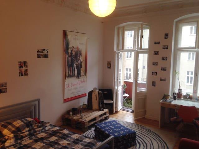 Stunning Alt-Bau Room in Berlin - Berlin - Apartment