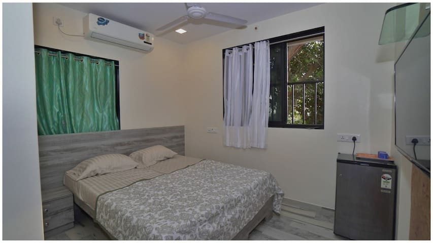 Pvt floral a/c bedroom attached toilet wt sea view