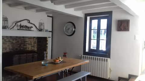 Chambre dans maison d'un joli village en hauteur