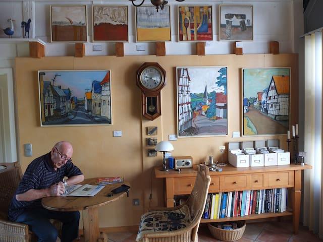 Das Haus ist direkt angrenzend neben einem Künstler-Atelier