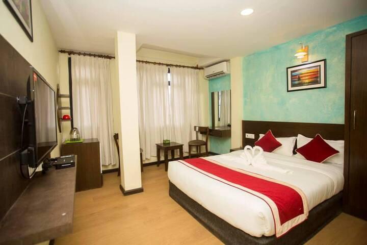 Hotel Tryst (होटेल ट्रिष्ट)