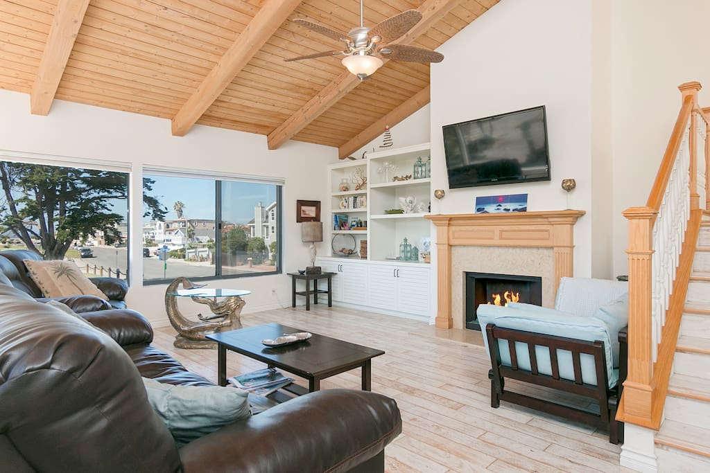 Vaulted ceilings and neighborhood views in the main living area.