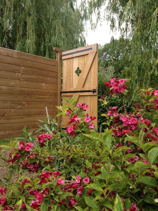 La porte d'accès au jardin vue de l'intérieur.