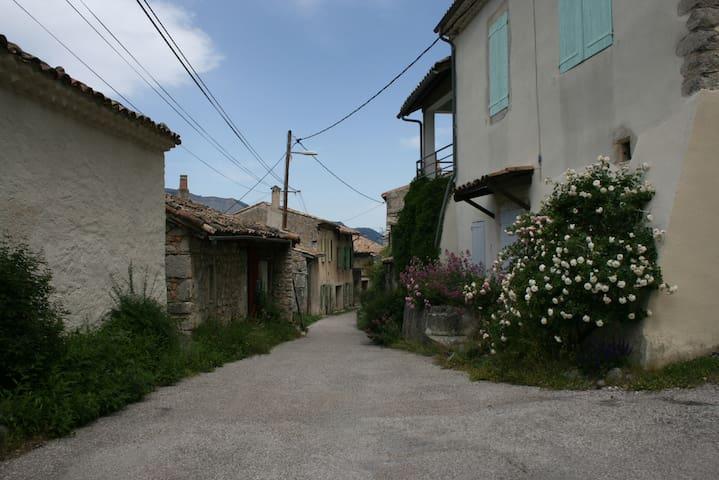 Maison de village avec jardin - Recoubeau-Jansac - House