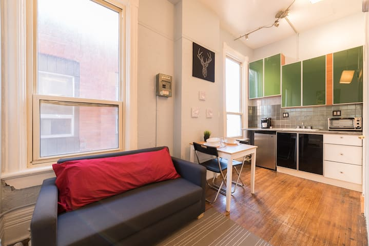Charming and Cozy loft in Heart of Hip Parkdale