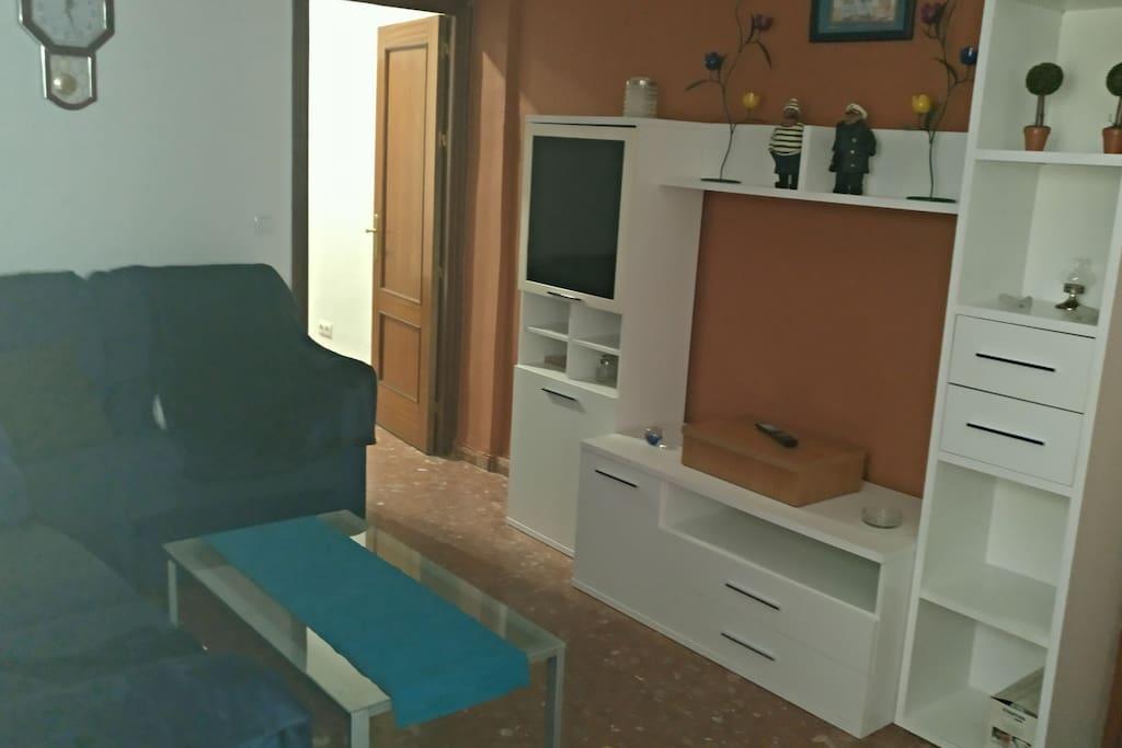 salón con sofa 3 + 2 y television